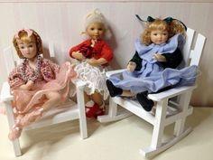 . Esittelen teille nukkekotini asukkaat : Perheen äiti Mary ja hänellä sylissä Britavauva ja jaloissa Maryn rotukissa ;) Perheen isä Mathew...