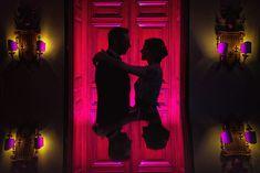 Egal ob es regnet - wunderschöne Hochzeitsfotos sind auch drinnen möglich. Nur ein paar Lichter und etwas Farbe #hochzeitsfotografdüsseldorf #hochzeitspaar #hochzeitsfotos #schlosshochzeit #hochzeitsposen