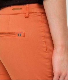 Pantalon femme chino couleur unie CARAMEL Men Trousers, Mens Trousers Casual, Jetta A4, Dockers, Denim Ideas, Clothing Labels, Fashion Pants, Drill, Detail