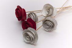 Instrucciones y fotografías para hacer flores utilizando papel o cartulina.