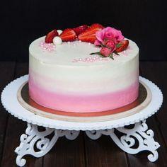 Dobré odpoledne! Poznáte včerejší #dort? Řezané květiny... dort s nimi vypadá mnohem lépe a slavnostněji. Uvnitř je nadýchané piškotové těsto s pořádnou porcí sladkých a voňavých jahod se smetanovým krémem. Нежности вам в ленту. Узнаёте вчерашний торт? Живые цветы делают любой торт особенно праздничным. Внутри воздушный бисквит с щедрой порцией клубники и сливочного крема. #dort #cake #biskvit #krem #sladkosti #narozeniny #happybirthday #narozeninovydort #dortpoděbrady #jahody #instafood…