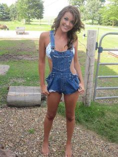 A las faenas del campo, bien vestida.