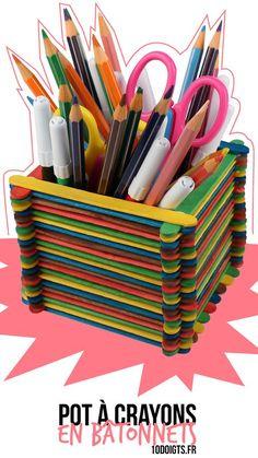 Pot à crayons en bâtonnets. Activité facile pour les enfants en bâtonnets de bois ou bâtons d'esquimaux. #bricolage #bâtonnets