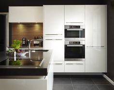 Zwevende keuken Hoogglans gelakt met natuurstenen blad en Miele apparatuur