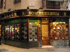 Sombrereria Obach. está en Carrer del Call desde 1924 y, desde entonces, este negocio familiar es toda una institución en el mundo de los sombreros y una manera muy fácil de viajar en el tiempo.1924  Barcelona