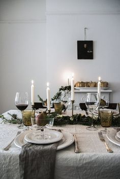 A royal spread with a wreath table runner and candles for an authentic finish. Silver Christmas Decorations, Christmas Table Settings, Christmas Tablescapes, Christmas Candles, Holiday Tables, Christmas Mood, Noel Christmas, Simple Christmas, Natural Christmas