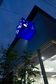 このお店は何屋さん?! 床屋さんです。アクアなイメージの看板サインですが、分かりにくいから気になる、という戦法ですね! 店舗デザイン;名古屋 スーパーボギー http://www.bogey.co.jp