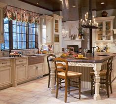 Traditional country kitchens are a design option that is often referred to as being timeless. Over the years, many people have found a traditional country kitchen design is just what they desire so they feel more at home in their kitchen. English Country Kitchens, White Farmhouse Kitchens, Country Kitchen Cabinets, New Kitchen, Home Kitchens, Kitchen Dining, Cozy Kitchen, French Kitchen, Awesome Kitchen