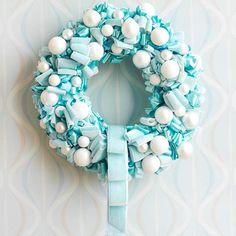 couronne fabriquée de ruban bleu et blanc