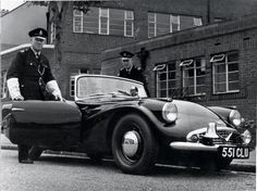 In 1959 Daimler wanted to sell a sports car to the American market, so they put a and fins on their Daimler Dart, but the was a teensy little Hemi! The cool thing is that the London cops. British Police Cars, Black Steel Wheels, Vintage Cars, Antique Cars, Motorcycle Engine, Driving School, Ambulance, Cops, Car Ins
