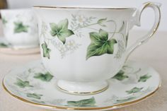 An off-white men's teacup with ivy from Duchess por HomiArticles