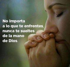 No importa a lo que te enfrentes, nunca te sueltes de la mano de Dios.