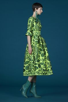 Andrew Gn Pre-Fall 2019 Fashion Show Collection: See the complete Andrew Gn Pre-Fall 2019 collection. Look 7 Green Fashion, Love Fashion, High Fashion, Runway Fashion, Fashion Looks, Womens Fashion, Fashion Trends, Floral Midi Dress, Fashion Show Collection