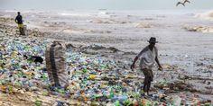 Foto de archivo de una playa contaminada por botellas de plástico en Ghana. EFE//Christian Thompson