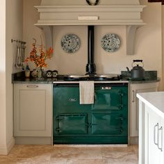 Green range cooker Standing out like a gemstone against a lily-white hand, this emerald-green Aga is the focus point of an otherwise light and neutral kitchen. Range cooker Aga Read more at www. Range Cooker Kitchen, Timeless Kitchen, New Kitchen, Home Kitchens, Shaker Style Kitchens, Aga Kitchen, Kitchen Mantle, Home Decor, Country Kitchen