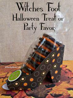 witches foot Halloween treat or party favor, #Halloween, #oreos, #shoe, #papershoe, #partyfavors, #halloweenparty, #cutecrafts, #thriftycrafts, #thriftygifts, #teachergift, #easycraft