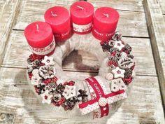 Adventskranz binden-rote Kerzen-selbst-gebasteltes Gerüst mit Filz bedeckt-Weihnachtsdekoration