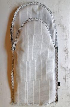 Helppoa ompelua: patalappu ja patakinnas | Ystäväni neula ja lanka Sewing Hacks, Sewing Tips, Diy Projects To Try, Sewing Techniques, Pot Holders, Personalized Items, Baking, Christmas, Gloves