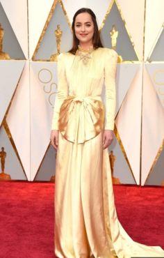 Lo que acompañó al vestido de Dakota Johnson para los Oscar que necesitó 20 guardaespaldas