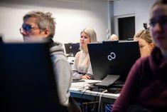 Emmi Pöyhönen, 29, opiskelee koodariksi yhdeksässä kuukaudessa ilman aiempaa kokemusta – täsmäkoulutus voi helpottaa it-alan työvoimapulaa | Yle Uutiset | yle.fi Selfie, Selfies