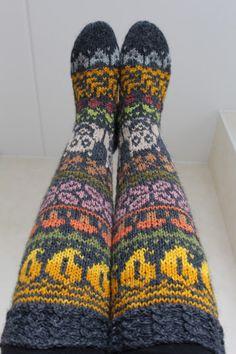 Pia Tuonosen neuleblogi: Syyssukat valmiit! Fair Isle Knitting, Knitting Socks, Knit Socks, Boot Toppers, Sock Shoes, Leg Warmers, Print Design, Knit Crochet, Autumn Fashion