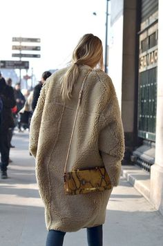 Chances are, you've probably seen a few teddy coats around by now. I'm now looking for the perfect coat which would keep me warm through the whole winter. Looks Style, Style Me, All Jeans, Skinny Jeans, Teddy Coat, Inspiration Mode, Fashion Inspiration, Shearling Coat, Carrie Bradshaw