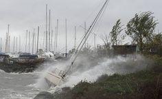 Veleiro é joga nas pedras com as ondas formadas pela chegada do furacão Sandy, em City Island (Nova York).