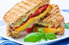 Ecco un panino da gustare comodamente in spiaggia per un pic nic in famiglia: provatelo con le verdure grigliate e la scamorza
