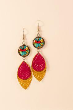 Boucles d'oreilles pendantes légères en aluminium et métal argenté - Cabochons multicolores et séquins roses Fuschias et dorés : Boucles d'oreille par cap-and-pap