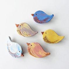 """Broche """"P'tit Zozio"""", oiseau en céramique artisanale, rose ancien et jaune d'or, pièce unique fait main"""