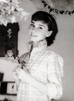 """elegantaudrey: """"Audrey Hepburn photographed by Milton H. Greene at her Villa (outside Rome) especially for the American magazine """"Look"""", during a break in the filming of """"War and Peace"""", on August Audrey Hepburn Outfit, Audrey Hepburn Born, Audrey Hepburn Photos, Classic Hollywood, Old Hollywood, Divas, Vintage Mode, Norma Jeane, Happy Girls"""