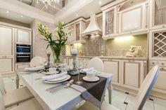 Белая классическая кухня с патинированными фасадами