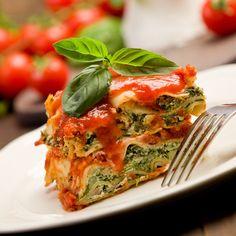 Wie wäre es statt der deftigen Variante mit Faschiertem, mit einer fleischlosen Gemüselasagne? Rezept für Gemüselasagne mit Spinat und Tomatensauce.