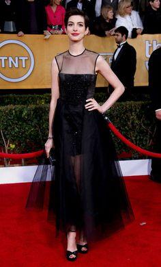 Anne Hathaway en Giambattista Valli haute couture http://www.vogue.fr/mode/inspirations/diaporama/les-looks-du-mois-de-janvier-des-podiums-a-la-realite/11610/image/683992#anne-hathaway-en-giambattista-valli-haute-couture