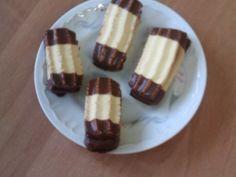 Bezlepkovou mouku, cukr, prášek do pečiva, vanilkové pudinky, máslo, vejce a mléko spojíme do vláčného těsta. Mlýnkem na maso, na který jsme přidělali nástavec na cukroví, tvoříme malé banánky a pokládáme je na plech vyloženým pečícím papírem. Plech s...