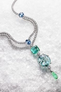 18K白金项链,镶嵌280 颗圆形美钻 (约重 30.14 克拉)、中央镶嵌3颗钻石 (约重2.70克拉)、3 颗椭圆形切割海蓝宝石 (约重14.86克拉)、1 颗祖母绿切割青绿色电气石 (约重 24.13克拉)、1 颗椭圆形切电青绿色电气石(约重 61.23 克拉)及1 颗水滴形切割绿色电气石 (约重10.14 克拉)