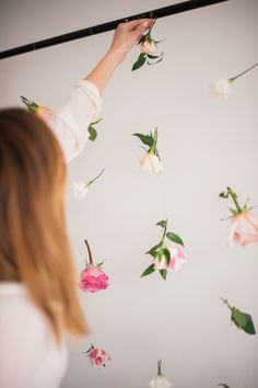 Give your party a beautiful backdrop with this super easy DIY floating flower wall! Perfect for birthdays, showers and gatherings alike. I would use leafs. Diy Photo Backdrop, Flower Wall Backdrop, Hanging Flower Wall, Wall Backdrops, Floral Backdrop, Backdrop With Flowers, Cake Table Backdrop, Photo Backdrops, Flower Wall Decor