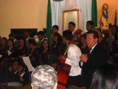 Maestro Ramón Rodríguez dirigiéndose al público.