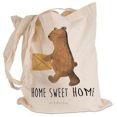 Tragetasche Bär Zuhause aus Kunstfaser  Natur - Das Original von Mr. & Mrs. Panda.  Diese wunderschöne Tragetasche von Mr. & Mrs. Panda im  Jutebeutel Style ist wirklich etwas ganz Besonderes. Mit unseren Motiven und Sprüchen kannst du auf eine ganz besondere Art und Weise dein Lebensgefühl ausdrücken.    Über unser Motiv Bär Zuhause  Der Home Sweet Home Bär ist ein ganz besonders liebevolles und schönes Motiv aus der Beary Times Kollektion von Mr. & Mrs. Panda    Verwendete Materialien  Die…