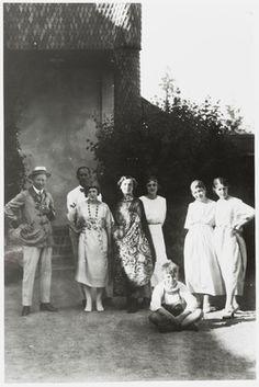 Hvitträskin vieraat 17.4.–13.9.2015  Eliel Saarinen ja Géza Maróti perheineen sekä Siiri Saarinen Hvitträskissä, Kuva: Cranbrook Archives.