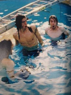 Nirvana pool photos taken by Kirk Weddle in November of feature Dave Grohl, Krist Novoselic and Kurt Cobain frolicking in a pool and underwater action shots with their instruments. Nirvana Band, Nirvana Kurt Cobain, Nirvana Lyrics, Song Lyrics, Glam Rock, Whiz Khalifa, Hard Rock, Music Rock, Foo Fighters Nirvana