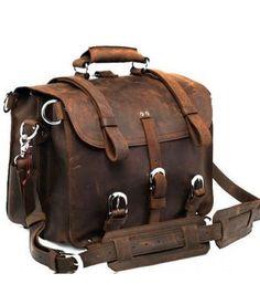 Large Leather Travel Bag <3. Cet aspect vieilli est captivant. C'est comme si ce sac racontait une histoire de voyages. J'aime