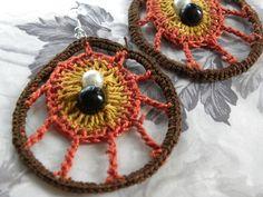 Szydełkowe kolczyki w kształcie łezki z dwoma koralikami