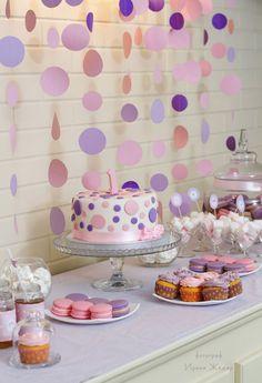 Мы оформили День рождения для маленькой принцессы в её любимом цвете — нежно розовом, разбавили его сиреневым и фиолетовыми акцентами. Мы организовали и украсили Кенди-бар в розово-сиреневых тонах: топперы, наклейки на бутылочки. Фотозону создали специально как для принцессы! А также составили картину-коллаж с фотографиями, как наша малышка росла.