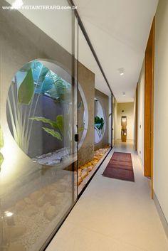 Jardim integrado por panos de vidro. Projeto de Mário Lauris Jr. http://www.comore.com.br/?p=26991 #book #livro #interarq #revistainterarq #arquitetura #architecture #archdaily #contemporary #decor #design #home #homestyle #instadecor #instahome #homedecor #interiordesign #lifestyle #modern #interiordesigns #luxuryhome #homedesign #decoracao #interiors #interior #mariolaurisjr