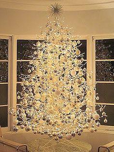 Los árboles de Navidad de diseño, como este espectacular árbol plateado que parece una escultura. El blanco y los acabados metálicos cromo, aluminio, plata añaden luminosidad y están de moda en la decoración minimalista.