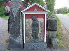 Virtain kirkon uusin ulkona oleva pronssinen vaivaispoika kirkkotarhan portin pielessä. Vaivaisukko on virtolaisen opettaja Voipa Sulkavan 1926 veistämä, ja se on valettu pronssiin 1956. Toinen vaivaispoika on kirkon eteisessä.