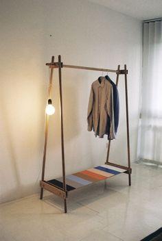 eine minimalistische Garderobe aus Holz mit Ablagefläche