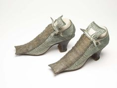 Shoes (image 1) | 1680-1690 | leather, silk, wool | Museum of London | Item #: 35.44/13b