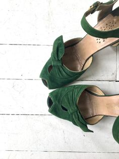 Vintage 1940s green suede shoes with peeptoe, side bow at the toebox, ankle strap and low heel. --- M E A S U R E M E N T S --- fits like: us 6.5 | euro 37 | uk 4 insole: 9.5 ball: 2.85 heel: 2.25 brand/maker: n/a condition: great, some light/normal wear ➸ more vintage footwear http://www.etsy.com/shop/DearGolden?section_id=5800174 ➸ visit the shop http://www.DearGolden.etsy.com _____________________ ➸ blog | www.deargolden.com ➸ twitter |...